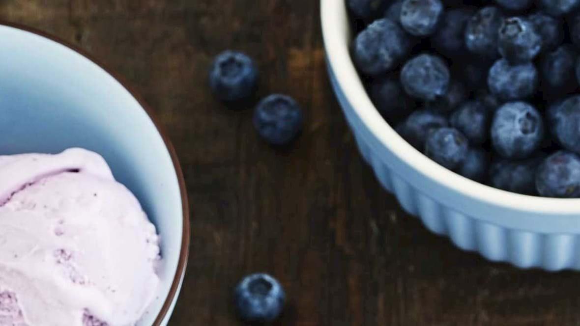 Blåbæris med blåbærmarmelade og friske bær
