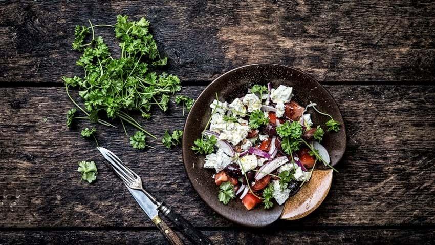 Græsk salat med feta og oliven