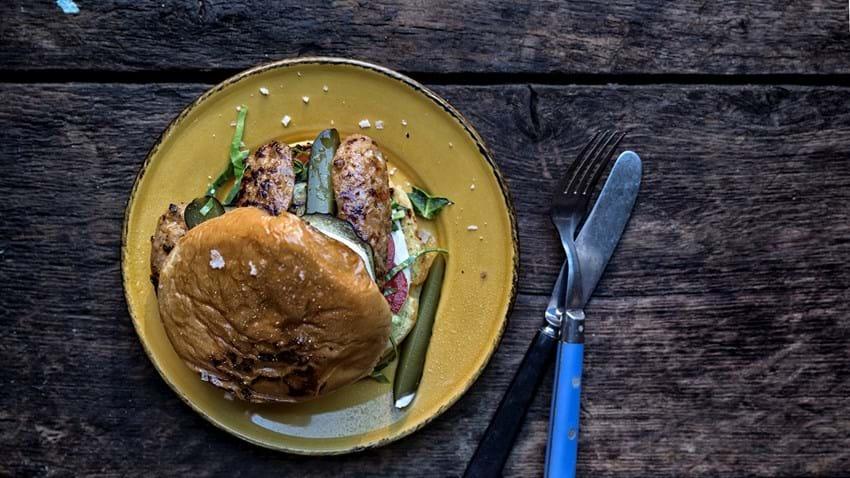 Hjemmelavet burger med chorizo