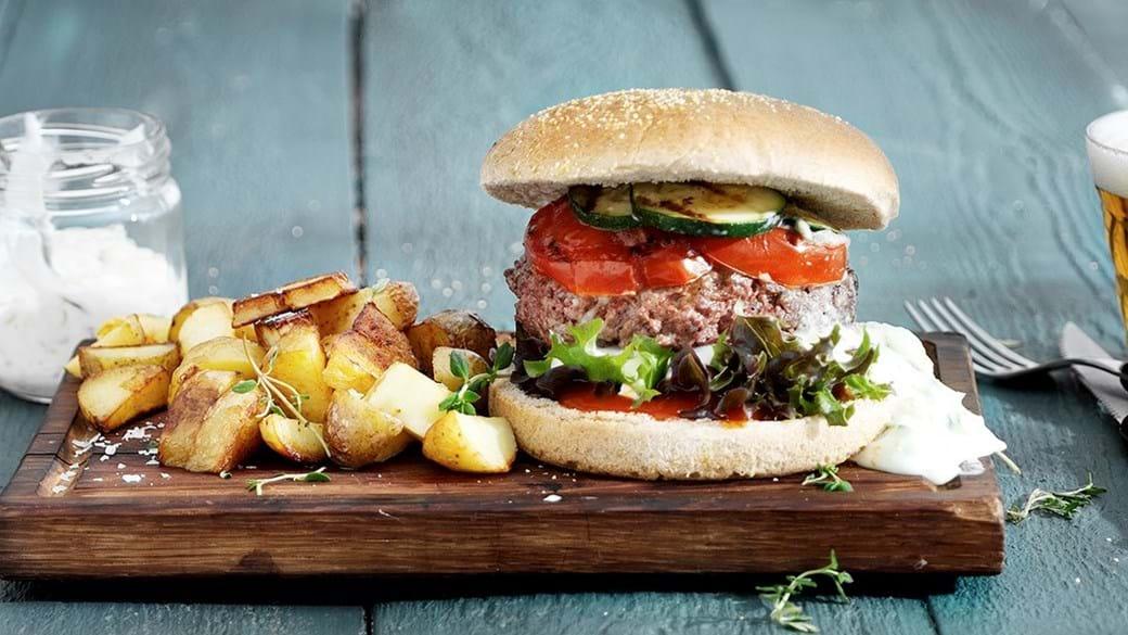 Burger med grillet grønt og tzatziki